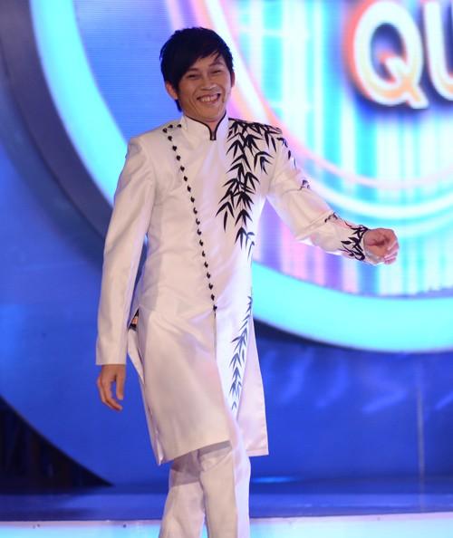 Hoài Linh diện áo dài nam cách tân trắng trong chương trình gương mặt thân quen