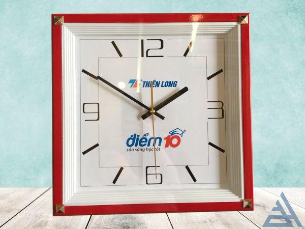 Đồng hồ treo tường vuông 4 nút