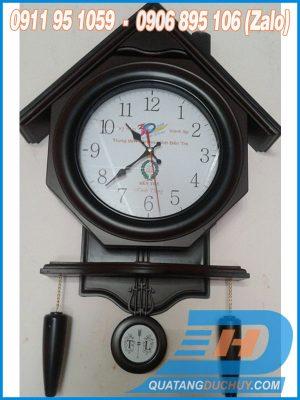 đồng hồ treo tường mái nhà
